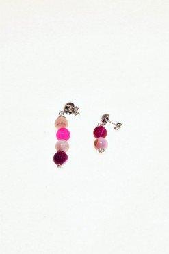 Orecchini Iridis, fucsia, pietre dure, argento orecchini disuguali, differente lunghezza con agata fucsia e quarzo rosa montatura a perno con farfallina e decora a semisfera in argento 925