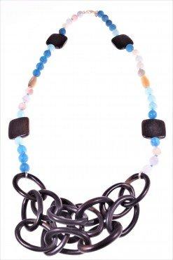 Collana con ebano, pietre dure azzurre e argento Collana in legno di Ebano, agata e quarzo blu azzurro, chiusura in argento.