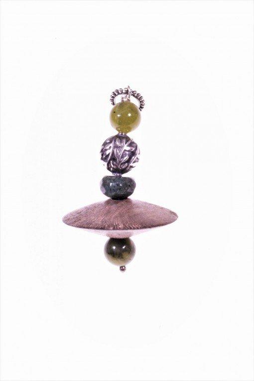 Ciondolo legno, agata, giada, argento Linea : Natural    collezione: ciondoli Pendente in pietre dure con grande disco in legno, pietre dure verdi e ovale con decoro floreale in argento anticato.