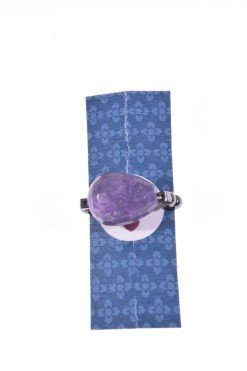 Anello goccia ametista con elastico Linea P.blu Anello con elastico interno, grande goccia di ametista, piccole sfere di ematite naturale.
