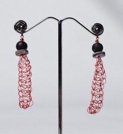 Orecchini uncinetto lunghi, lava, argento, Orecchini pendenti in filo di rame rosso, chiusura in argento rodiato nero, lava e disco madreperla nera.